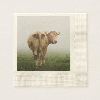 霧深い分野を見る白い牛Bull 縁ありカクテルナプキン
