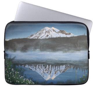霧深い山のラップトップカバーの早い春 ラップトップスリーブ
