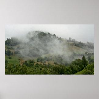 霧深い山の森林 ポスター