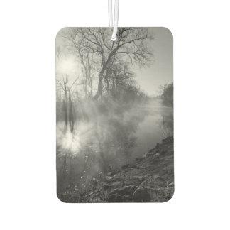 霧深い川の朝の日の出 カーエアーフレッシュナー