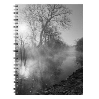 霧深い川の朝の日の出 ノートブック