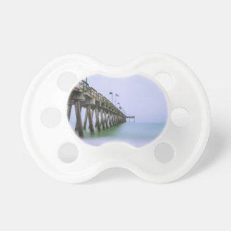 霧深い日のベニスのビーチ桟橋 おしゃぶり