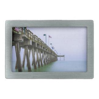 霧深い日のベニスのビーチ桟橋 長方形ベルトバックル