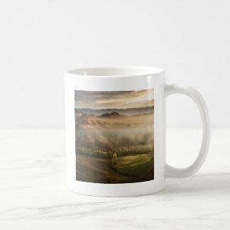 霧深い日の出のタスカニー分野 コーヒーマグカップ