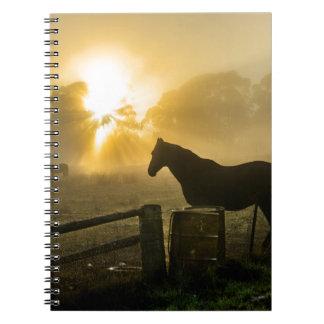霧深い日の出の馬 ノートブック