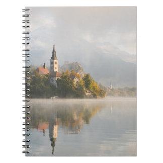 霧深い日の出湖はノートを出血させました ノートブック