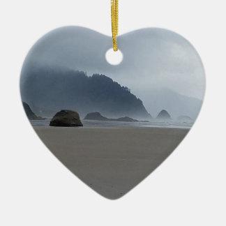 霧深い日の抱擁ポイントオレゴンの海岸 セラミックオーナメント