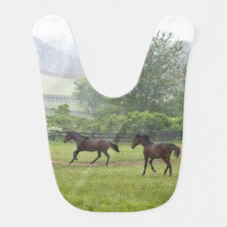 霧深い朝のベビー用ビブを走っている馬 ベビービブ