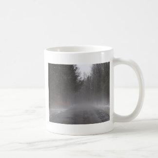 霧深い朝の歩行 コーヒーマグカップ