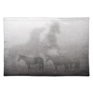 霧深い朝の馬 ランチョンマット
