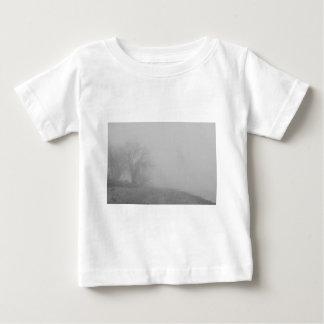 霧深い湖の海岸線の眺めBW ベビーTシャツ