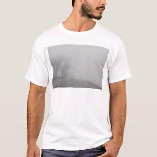 霧深い湖の海岸線の眺めBW Tシャツ