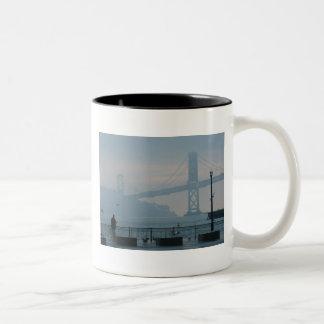 霧深い湾橋 ツートーンマグカップ