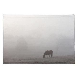 霧深い牧草を食べること ランチョンマット