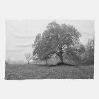 霧深い秋の朝のグレースケール キッチンタオル