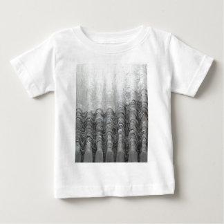 霧深い銀製の山地(光学景色) ベビーTシャツ