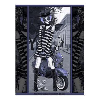 霧深くモダンなモペットのスクーターの都市トラの妖精の郵便はがき ポストカード
