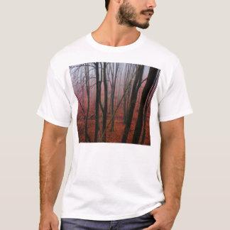霧深く赤い森林 Tシャツ