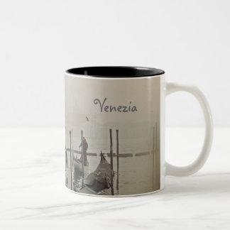 霧、ベニス、イタリアのゴンドラ ツートーンマグカップ