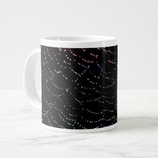 露の黒い背景のデザインの光沢があるくもの巣のカラフル ジャンボコーヒーマグカップ