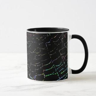 露の黒い背景のデザインの光沢があるくもの巣のカラフル マグカップ