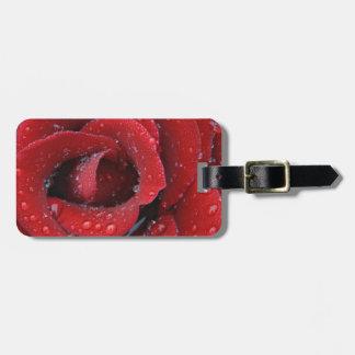 露は墓地を飾っている赤いバラを覆いました ラゲッジタグ