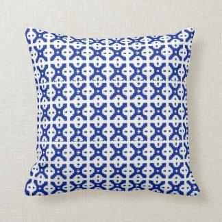 青いろうけつ染めの格子垣の枕 クッション