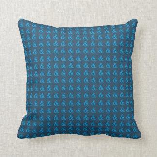 青いアンパーサンドの枕(Lgのアンパーサンドのデザイン) - クッション