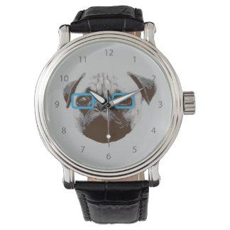 青いガラスを持つかわいいパグのヒップスター 腕時計