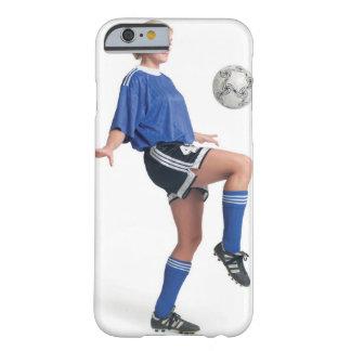 青いサッカーの若いブロンドのコーカサス地方の女性 BARELY THERE iPhone 6 ケース