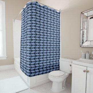 青いサーモンピンクのパターン(の模様が)ある シャワーカーテン