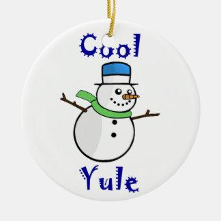 青いシルクハットの涼しいユール(キリスト降誕祭)の雪だるま セラミックオーナメント