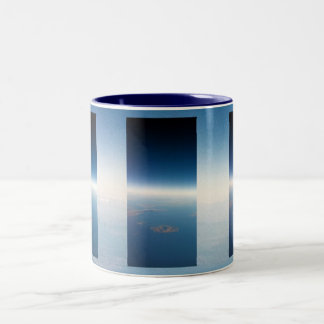 青いスカイラインの地平線-マグ ツートーンマグカップ