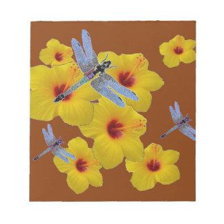 青いトンボの黄色いハイビスカスのブラウンの芸術 ノートパッド