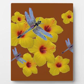 青いトンボの黄色いハイビスカスのブラウンの芸術 フォトプラーク