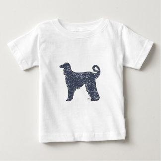 青いハートのベビーのTシャツを持つアフガンハウンド犬 ベビーTシャツ