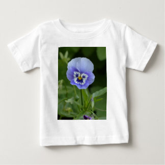 青いパンジーの花 ベビーTシャツ
