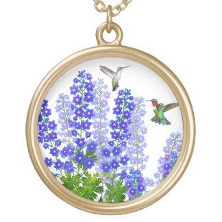 青いヒエンソウのハチドリによってはネックレスが開花します ゴールドプレートネックレス