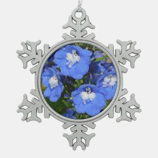 青いヒエンソウの花のクリスマスのオーナメント スノーフレークピューターオーナメント