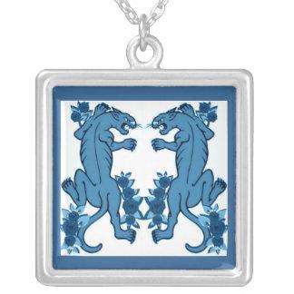 青いヒョウおよびバラのプリント シルバープレートネックレス