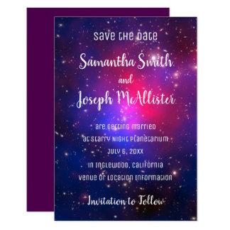 青いピンクおよび紫色の宇宙のイメージの保存日付 カード