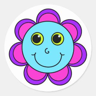 青いピンクおよび紫色の花のスマイリーフェイス ラウンドシール