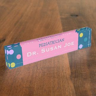 青いピンクの小児科医の名札のカラフルの点 デスクネームプレート