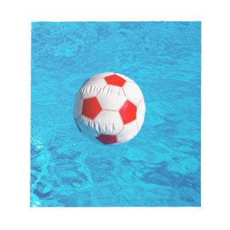 青いプールで浮かぶビーチボール ノートパッド