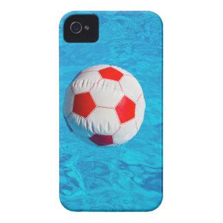 青いプールで浮かぶビーチボール Case-Mate iPhone 4 ケース