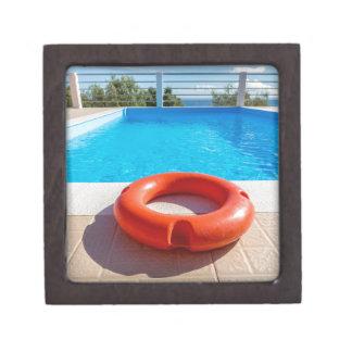 青いプールのオレンジ救命ブイ ギフトボックス