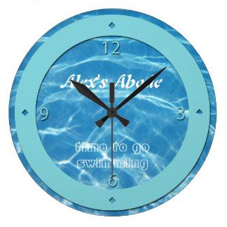 青いプール水ターコイズのストライプのカッコいいの水生水泳 ラージ壁時計