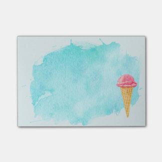 青いペンキの(ばちゃばちゃ)跳ねるが付いているアイスクリームコーン ポストイット