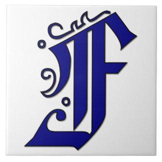 青いモノグラムのタイルのColchesterの手紙F タイル