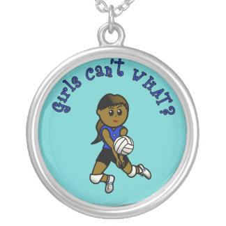 青いユニフォームの暗いバレーボールの女の子 シルバープレートネックレス